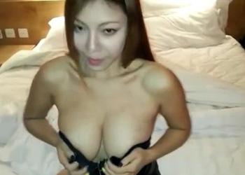 elise彤彤2014.7.24微录客:穿上大尺度爆乳皮衣与摄影师乳摇调情